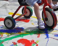 This lovely colour mixing activity supports children's physical development and encourages investigation and colour recognition. Early Learning Activities, Eyfs Activities, Nursery Activities, Creative Activities, Preschool Activities, Colour Mixing Eyfs, Mixing Colours, Movement Preschool, Physical Development