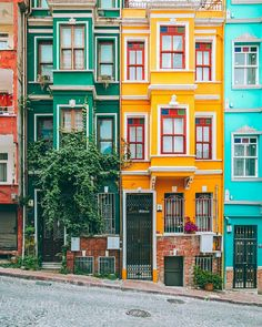 Lugares Istanbul, Turkey - - A Look At Obesity If you thought Colourful Buildings, Beautiful Buildings, Beautiful Places, Colorful Houses, City Buildings, Modern Buildings, Beautiful Pictures, Street Photography, Travel Photography