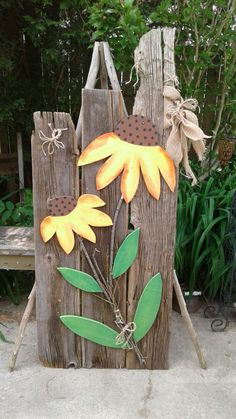Rustic Door Source by arminaw Rustic Wood Crafts, Pallet Crafts, Wooden Crafts, Wood Yard Art, Scrap Wood Art, Wood Craft Patterns, Paper Plate Crafts For Kids, Wood Flowers, Outdoor Crafts