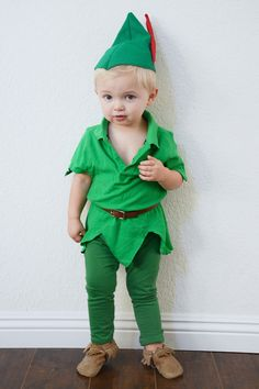 Disney Costumes An adorable Peter Pan DIY costume! - We have a super simple do-it-yourself Peter Pan Halloween costume that will make your kids want to fly right off to Neverland. Peter Pan Halloween Costumes, Toddler Boy Halloween Costumes, Soirée Halloween, Homemade Halloween Costumes, Wendy Costume Peter Pan, Peter Pan Toddler Costume, Disney Toddler Costumes, Diy Toddler Halloween Costumes, Peter Pan Costumes