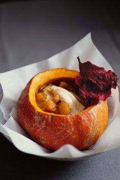 Hokkaidokürbis-Suppe mit Muskatnuss und rote Bete-Chips