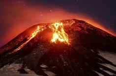 O vulcão Villarica entra em erupção na madrugada desta terça-feira (3) em Pucon, no Chile (Foto: Lautaro Salinas/AP)