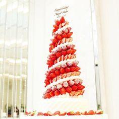 * たくさんのいちごを高く高く積んで作った いちごタワーはいかがでしょうか . こんなに大きくて可愛いウェディングケーキを 飾って食べられるなんて幸せすぎる♩* . いちご好きな花嫁さんたちにぜひオススメしたい ウェディングケーキのデザインです ♡⃝⋆●♡⑅⃝◌ . . photo by @wedding.mh.117 #いちごタワー #ウェディングケーキ #いちご #披露宴 #ケーキ #ケーキカット #苺 #卒花 #結婚式準備 #プレ花嫁 #marry #marryxoxo