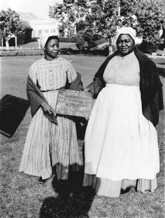 Butterfly McQueen and Hattie McDaniel during the production of GONE WITH THE WIND (1939). Note the reference placard.