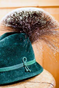 Bertl Lahnsteiner, der letzte Bartbinder im Salzkammergut, hat diesen besonders großen Gamsbart aus den seltenen Grannenhaaren mehrerer Gamsböcke handgebunden. Riding Helmets, Hats, Fashion, Guy Gifts, Nice Asses, Moda, Hat, Fashion Styles, Fashion Illustrations