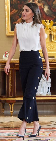 5 Jul 2018 - Queen Letizia attends audiences and rocks her dotted high-waisted navy trousers Work Fashion, Fashion Outfits, Fashion Trends, Queen Letizia, Career Wear, Business Outfits, Royal Fashion, Work Attire, Casual Chic