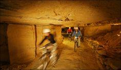Fietsen met de mountainbike door de grotten van Maastricht. Je hoeft niet ver weg te gaan om je buckets te vervullen #bucketlist
