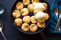 Best Blackberry Cobbler - How to Make Easy Blackberry Pie Fruit Recipes, Snack Recipes, Dessert Recipes, Fruit Dessert, Baking Recipes, Yummy Recipes, Old Fashioned Blackberry Cobbler Recipe, Easy Blackberry Pie, Types Of Desserts