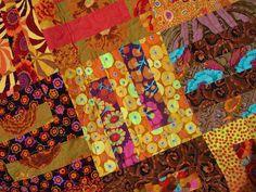 Automne frénésie--patchwork Kaffe Fassett inspiré qui vous fait vous sentir au chaud et au chaud, simplement en regardant. Ce quilt a été tellement amusant de faire que j'ai exploré ceux avec qui ces tons richement automne coloré Kaffe Fassett, Phillip Jacobs, Brandon Mabley