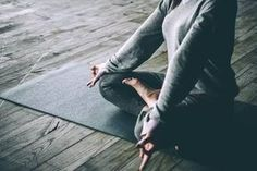 Les bienfaits émotionnels du yoga. En plus de nous aider à nous connaître et à nous connecter avec notre moi intérieur, le yoga est très adapté pour éviter l'insomnie et le développement de maladies neurodégénératives.