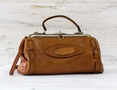 1960s Doctor's Bag in Tanned Leather | Woman's Handbag | Leather Bag | Vintage Leather Bag by Aulapinnoir on Etsy https://www.etsy.com/listing/164179621/1960s-doctors-bag-in-tanned-leather
