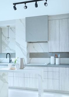 Full kitchen featuring Laminam counters, backsplash, gables and island - Broken Down Designs, Toronto Black Splash, Large Format Tile, Backsplash Ideas, Porcelain Tile, Dom, Countertops, Toronto, Kitchen Design, Tiles