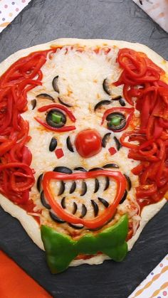Terrify your friends, neighbors and nearly anyone else with this vegetable pizza made to look like IT's Pennywise the clown. Terrify your friends, neighbors and nearly anyone else with this vegetable pizza made to look like IT's Pennywise the clown. Halloween Pizza, Halloween Snacks, Plat Halloween, Buffet Halloween, Hallowen Food, Recetas Halloween, Creepy Halloween Food, Halloween Party Appetizers, Halloween Dinner