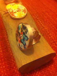 Conjunto Aros, Colgante y Anillo, Botones de madera con diseño #hechura #hechoamano
