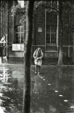 Henri Cartier-Bresson, Alberto Giacometti rue d'Alésia, Paris, 1961 ©/Magnum Photos Henri Cartier Bresson, Alberto Giacometti, Magnum Photos, Candid Photography, Street Photography, Landscape Photography, Photography Exhibition, Urban Photography, Abstract Photography