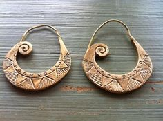 African tribal brass earrings - nilam on etsy African Accessories, African Jewelry, Jewelry Accessories, Jewelry Design, Tribal Earrings, Tribal Jewelry, Boho Hippie, Eye Makeup, Metal Clay Jewelry