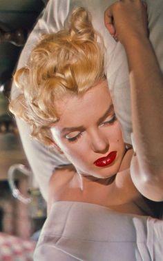 Marilyn Monroe ~~ For more: - ✯ http://www.pinterest.com/PinFantasy/gente-~-marilyn-sweet-marilyn/