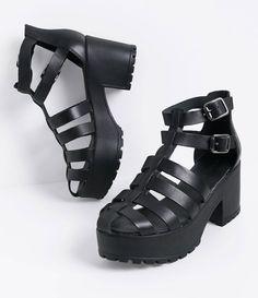 Sandália feminina  Material: couro  Tratorada  Marca: Satinato  Modelo aranha     COLEÇÃO INVERNO 2016     Veja outras opções de    sandálias femininas.