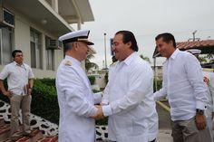 El mandatario Duarte de Ochoa saludando a almirante de la fuerza naval a su llegada a la Ceremonia de Entrega de Mando de Armas de la Fuerza Naval del Golfo y Primera Región Naval