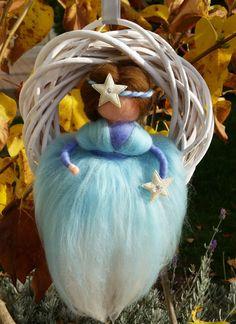 Weidenkranz mit Filz Puppe von Moosglöckchen ... mit Liebe gemacht... auf DaWanda.com