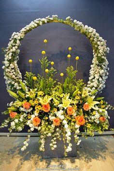 【인천꽃도매 시장 은성꽃도매상가】 2017년 5월 넷째주 성전꽃꽂이 / 교회꽃꽂이 : 네이버 블로그 Basket Flower Arrangements, Funeral Floral Arrangements, Creative Flower Arrangements, Beautiful Flower Arrangements, Beautiful Flowers, Home Flowers, Church Flowers, Funeral Flowers, Altar Decorations