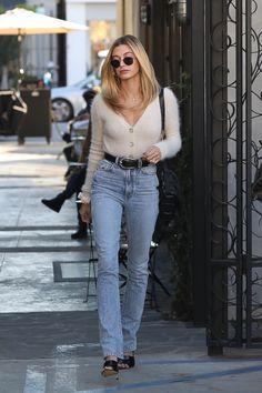 Hailey Baldwin's Cropped Fuzzy Cardigan Would Make Clueless's Cher Horowitz Proud The past few days, Hailey Baldwin has been on a roll with outfits I'd rather be wearing. First, she started off the week in a belted lavender jacket from one Cher Horowitz, Estilo Hailey Baldwin, Hailey Baldwin Style, Haley Baldwin, Celebrity Summer Style, Celebrity Outfits, Style Summer, Celebrity Street Fashion, Celeb Style