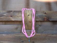 Collar de tela rosa con amuleto de la por Elbauldelaschuladas