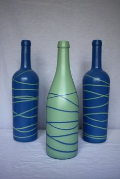 DIY painted wine bottle Spray paint with a color. Let dry. Wrap in rubber bands. 3 Spray paint again with a second color. Let dry and remove bands! Wine Bottle Vases, Painted Wine Bottles, Wine Bottle Crafts, Bottle Art, Glass Bottles, Cute Crafts, Crafts To Do, Diy Crafts, Preschool Crafts