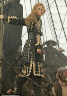 Elizabeth Swann (Keira Knightley) in costume on the set of Pirates of the Caribbean I love how she went from being a prim and proper governor's daughter to a total boss Keira Knightley Pirates, Keira Christina Knightley, Captain Jack Sparrow, Will Turner, Nathalie Portman, Mode Steampunk, Steampunk Pirate, The Pirate King, Pirate Queen