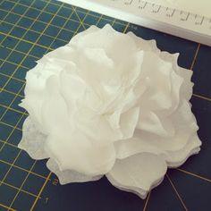 comment faire une fleur en papier filtre ou papier de soie/how to make a paper flower