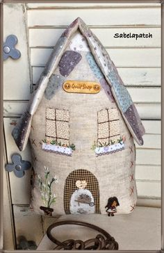 Sabelapatch: Casita sujeta-puertas, alfiletero Hobbies And Crafts, Diy And Crafts, Diy Purse, Fabric Houses, Pretty Dolls, Sewing Accessories, Hand Quilting, Little Houses, Fabric Art