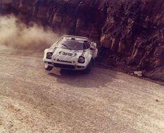 de lado Sport Cars, Race Cars, Nascar Crash, Italian Beauty, Rally Car, Car And Driver, Vintage Racing, Le Mans, Cars And Motorcycles