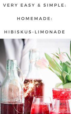 Ganz schön erfrischend und gesund. Diese Limonade aus Hibiskus ist nicht nur super lecker, sondern auch noch einfach herzustellen. Super, Alcoholic Drinks, Food Porn, Table Decorations, Glass, Desserts, Sodas, Hibiscus, Ice