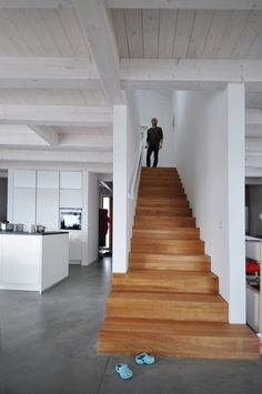 Modern Staircase Design Ideas - Search photos of modern staircases as well as uncover design and also layout ideas to inspire your very own modern staircase remodel, including distinct railings as well as storage . Wooden Staircase Design, Wooden Staircases, Open Staircase, Spiral Staircases, Architecture Design, Architectural Design House Plans, Casa Hipster, Modern Stairs, Modern Foyer