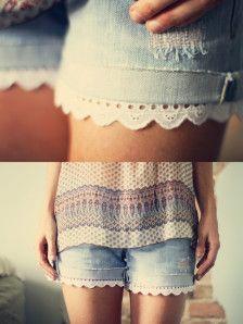 Un jean dans le fond de l'armoire mais que peut ont en faire ? Un short oui mais ce n'ai pas toujours très fille ! Voila une idée qui vous permettra de remédier à ce petit souci. Il vous faut : - Des jeans - Des ciseaux - De la dentelle - Une machine...