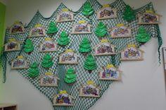 Stromečky jsou vyrobeny z papírových tácků. Betlém -omalovánka + rámeček ze dřeva.