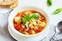Originálny taliansky recept na polievku minestrone | Blog Invia.sk Yellow Bowls, Stuffed Mushrooms, Stuffed Peppers, Fresh Garlic, Side Salad, Garlic Bread, Ravioli