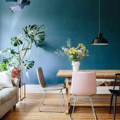 35 mentions J'aime, 1 commentaires - @deco.fr sur Instagram : « On ne se lasse pas de l'intérieur de @melodie_michelberger ! Un mur bleu canard, des fleurs des… »