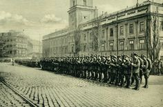 Warsaw soldiers before the Royal Castle Warsaw, Old Pictures, Soldiers, Poland, Arch, Photographs, Sidewalk, Old Things, Castle