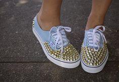 Tachas doradas y mucha onda. #Zapatillas #Tachas #Moda #Tendencia #MNYArgentina