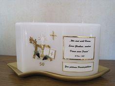 Wellenkerze zum Priesterjubiläum - Rückseite #Priesterjubiläum Candle Art, Candles, Weddings, Mugs, Tableware, Wedding, Priest, Communion, Glee