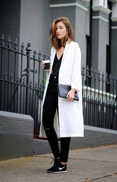Black and white / sporty / chic / long white coat / all black / sneakers / fashion / street style / outfit inspiration / nike Black And White Outfit, White Outfits, Black White, White Casual, White Coat Outfit, Dress Black, White Light, Looks Street Style, Looks Style