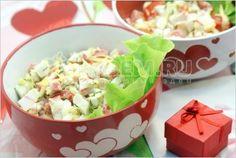 Салат «Любимый» крабовые палочки, сыр, яйца, помидоры