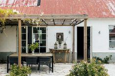 Hoburgsvägen 23 G Indoor Outdoor Living, Outdoor Rooms, Outdoor Decor, Country Home Exteriors, Garden Cabins, Room Scents, Future House, Interior And Exterior, Facade