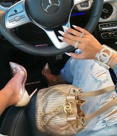 A closer look 😍 heels and golden drawstring bag and lucite bangle. Makeup Looks For Green Eyes, Pretty Makeup Looks, Blue Makeup, New Years Eve Makeup, Chanel Nails, Mode Shoes, Louis Vuitton Speedy Bag, Glamour, Purses