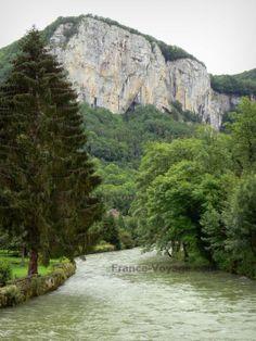 Paysages du Doubs: Vallée de la Loue : rivière Loue bordée d'arbres et falaises (parois rocheuses) surplombant l'ensemble ; à Mouthier-Haute-Pierre - France-Voyage.com