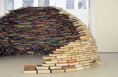 Colombian artist Miler Lagos constructed thisentirely self-supporting book igloo using nothing more than carefully aligned books. Titled 'Home', thisdome-like installation was on display at MagnanMetz Gallery in New York City late last year.