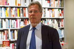 Paris : Jean-Louis Debré dédicace son dernier livre - A la une - via Citizenside France. Copyright : Christophe BONNET - Agence73Bis