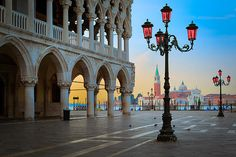 Doge's Palace at Piazza San Marco in Venice_ Italy. Piazza San Marco (often known in English as St Mark's Square), is de principle public square of Venice, Italy.