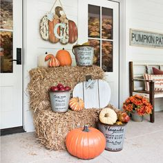 ✓ 75 Farmhouse Fall Porch Decorating Ideas - Page 70 of 75 - Fajrina Decor Outside Fall Decorations, Halloween Porch Decorations, Porch Ideas For Halloween, Fall Decor Outdoor, House Decorations, Porche D'halloween, Halloween Veranda, Fall Halloween, Scary Halloween